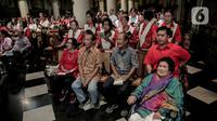 Jemaat melaksanakan misa malam Natal di Gereja Katedral, Jakarta, Selasa (24/12/2019). Jemaat tampak khidmat dalam mengikuti prosesi ibadah tersebut. (Liputan6.com/Faizal Fanani)
