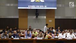 Menteri Agama Lukman Hakim Saifuddin (tengah) dan Menteri Sosial Agus Gumiwang Kartasasmita (dua kanan) saat mengikuti rapat kerja bersama Komisi VIII DPR terkait RKA K/L Tahun 2019 di Jakarta, Rabu (24/10). (Liputan6.com/JohanTallo)