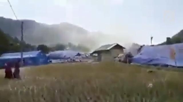 Angin puting beliung terjadi di Lombok Utara. Puluhan warga berhamburan menyelamatkan diri. Pusaran angin merobohkan beberapa tenda dan hunian sementara pengungsi.