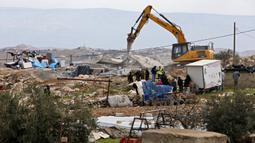 Suasana pembongkaran rumah warga Palestina yang menurut otoritas Israel dibangun tanpa izin di Desa Al-Dirat, dekat kota Hebron, Tepi Barat (16/1/2020). Pembongkaran itu menurut otoritas Israel dilakukan karena rumah dibangun tanpa izin. (AFP/Hazem Bader)