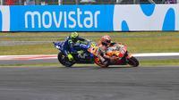 Insiden yang melibatkan Marc Marquez dan Valentino Rossi pada MotoGP Argentina 2018. (Twitter/MotoGP)