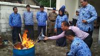 Pemerintah Daerah se Pantura Jawa Barat Serentak melakukan pembakaran KTP Elektronik. Foto (LIputan6.com / Panji Prayitno)
