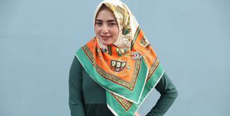Kabar merebak istri ketiga Opick menyebut nama Yulia Mochamad. Janda dua anak itu disebut-sebut sebagai istri ketiga penyanyi religi itu. (Nurwahyunan/Bintang.com)