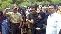 Ibunda Sertu Anumerta Dita Ilham (dua dari kanan) dipapah keluar dari pemakaman. (Foto: Liputan6.com/Rudal Afgani Dirgantara)