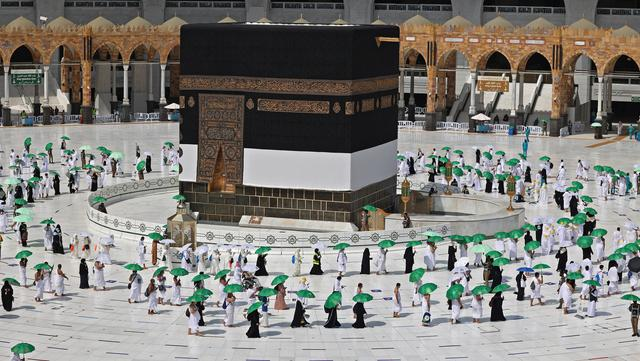 Jemaah mengelilingi Kabah pada awal musim haji di Masjidil Haram, Mekkah, Arab Saudi, Sabtu (17/7/2021). Jemaah haji melakukan tawaf dengan tetap menjaga jarak demi mengantisipasi penyebaran COVID-19. (FAYEZ NURELDINE/AFP)