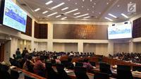 Suasana rapat kerja pemerintah bersama Badan Anggaran (Banggar) DPR di Gedung Nusantara II DPR, Kamis (31/5). Rapat dihadiri oleh Menteri Keuangan Sri Mulyani Indrawati, Gubernur BI Perry Warjiyo, serta perwakilan Bappenas. (Liputan6.com/Johan Tallo)