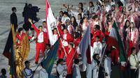 Parade atlet Indonesia saat upacara Penutupan Asian Games 2018 di Stadion Utama Gelora Bung Karno, Jakarta, Minggu (2/9). Hujan yang mengguyur Jakarta tidak menyurutkan semangat para atlet. (Liputan6.com/Helmi Fithriansyah)