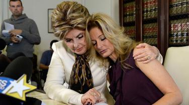 Summer Zervos (kanan) bersama pengacaranya, Gloria Allred saat mengelar jumpa pers di Los Angeles, California (14/10). Zervos mengaku dirinya megalami pelecehan seksual oleh Donald Trump pada 2007 di Beverly Hills Hotel. (REUTERS/Kevork Djansezian)