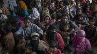 Pengungsi Muslim Rohingya menunggu antrean di pusat pendaftaran di Teknaf distrik Ukhia, Bangladesh (6/10). Bangladesh akan membangun kamp pengungsi terbesar di dunia untuk menampung 800.000 orang. (AFP PHOTO/Fred Dufour)