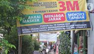 Aktivitas warga di kawasan Petogogan, Jakarta, Selasa (2/03/2021). Data 21 Februari 2021, DKI Jakarta berhasil keluar dari zona merah Covid-19 yang dilaporkan Satuan Tugas Penanganan Covid-19 melalui covid19.go.id, pada Selasa (2/3/2021) dan diperbarui secara mingguan. (Liputan6.com/Herman Zakharia)