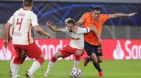 Pemain RB Leipzig, Kevin Kampl, berebut bola dengan pemain Basaksehir, Enzo Crivelli, pada laga Liga Champions di Stadion RB Arena, Rabu (21/10/2020). RB Leipzig menang dengan skor 2-0. (AP/Markus Schreiber)