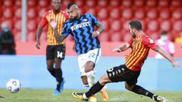 Gelandang Inter Milan, Arturo Vidal, berebut bola dengan pemain Benevento, Artur Ionita, pada laga Liga Italia di Stadion Ciro Vigorito, Rabu (30/9/2020). Inter Milan menang dengan skor 5-2. (Alessandro Garofalo/LaPresse via AP)