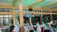 Ketua Gugus Tugas Vaksinasi Dewan Pimpinan Wilayah (DPW) Partai Nasdem Jawa Timur (Jatim), Suhandoyo telah menyiapkan 25.000 dosis vaksin khusus santri yang tersebar di lingkungan pondok pesantren (ponpes) di 10 kabupaten di Jatim.