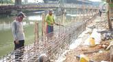 Pekerja menyelesaikan pembuatan turap Kali Ancol di Jakarta Utara, Minggu (15/12/2019). Dinas Sumber Daya Air Pemprov DKI melakukan penataan turap Kali Ancol sebagai bagian dari program pengendali banjir yang nantinya juga akan digunakan sebagai jalur pedestrian. (Liputan6.com/Immanuel Antonius)