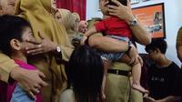 Wali Kota Makassar menggendong bocah korban penyekapan oleh ibu asuhnya (Liputan6.com/ Eka Hakim)