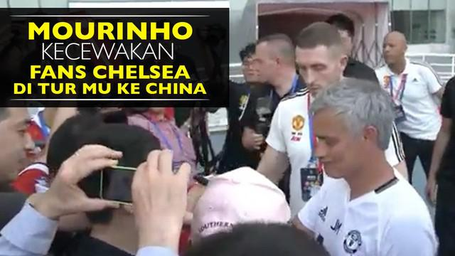 Video Jose Mourinho menolak tanda tangan jersey milik fans Chelsea saat Tur Manchester United di China.