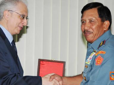 Citizen6, Cilangkap: Kunjungan kehormatan tersebut dalam rangka perkenalan berkaitan dengan jabatan sebagai Dubes Italia untuk Indonesia. Dubes Italia menerima souvenir dari Panglima TNI. (Pengirim: Badarudin Bakri)