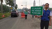Uji coba sistem kanalisasi 2-1 di jalur Puncak Bogor mulai diberlakukan hari ini. Kebijakan ini dilakukan untuk mengurai kemacetan di kawasan tersebut. (Achmad Sudarno/Liputan6.com)