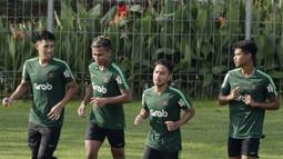 Pemain Timnas Indonesia U-22, Osvaldo Haay, berbincang dengan Hanif Sjahbandi saat latihan di Lapangan ABC, Senayan, Jakarta, Jumat (11/1). Pemain muda terbaik Liga 1 2018 itu baru bergabung pada hari kelima. (Bola.com/M Iqbal Ichsan)