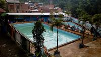 Kolam renang di dalam bekas Taman Rekreasi Kota Malang yang masih banyak dikunjungi warga (Liputan6.com/Zainul Arifin)