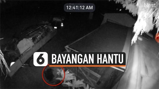 Peristiwa menyeramkan terekam kamera CCTV. Menunjukkan seorang wanita diikuti bayangan yang diduga hantu ketika sedang menyirami tanaman di halaman rumahnya.