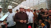 Menteri BUMN Erick Thohir melakukan peninjauan kesiapan stok beras di Gudang Bulog (dok: Athika)