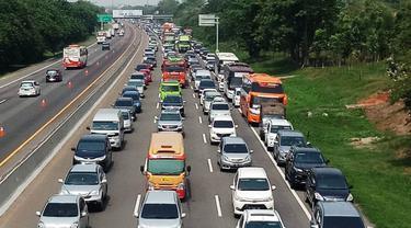 Tol Jakarta-Cikampek padat, Sabtu (21/12/2019). (Liputan6.com/Abramena)