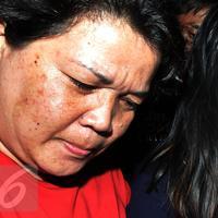 Jessica Kumala Wongso (kanan) saat di gelandang petugas Polda Metro Jaya ke ruang tahanan, Sabtu (30/1). Mukanya tampak lesu saat dibawa oleh belasan petugas menuju tahanan. (Liputan6.com/JohanTallo)