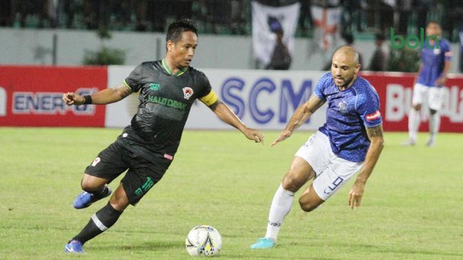 Kapten Kalteng Putra, I Gede Sukadana (kiri), mencoba melewati hadangan striker PSIS, Claudir Marini, pada laga Piala Presiden 2018, Minggu (10/3/2019).  (Bola.com/Vincentius Atmaja)