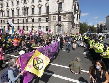 Aksi Pengunjuk Rasa Blokade Jalan di London