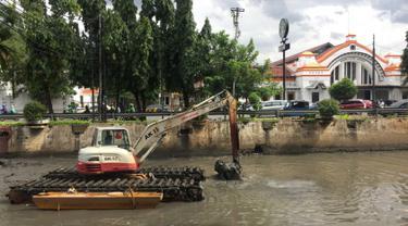 Cegah Pendangkalan, Anak Sungai Ciliwung Dinormalisasi