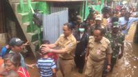 Gubernur DKI Jakarta Anies Baswedan menyambangi korban banjir di Cawang (Liputan6.com/ Delvira Chaerani Hutabarat)