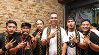 Calon Wakil Gubernur Sumatera Utara Sihar Sitorus mencoba menenun ulos (Liputan6.com/Reza Efendi)