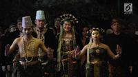 Pasangan pengantin Kahiyang Ayu dan Bobby berjalan menuju lokasi resepsi di Graha Saba Buana, Solo, Rabu (8/11). Kahiyang Ayu dan Bobby Nasution mengenakan busana dan rias pengantin Solo Basahan untuk acara resepsi malam. (Liputan.com/Angga Yuniar)