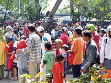 Citizen6, Jawa Timur: Usai pelaksanaan Upacara kemerdekaan RI, hal ini dimanfaatkan oleh warga masyarakat untuk melihat-lihat dan berfoto dengan Meriam 105 MM serta pengawaknya terutama anak-anak. (Pengirim: Budi Abdillah)