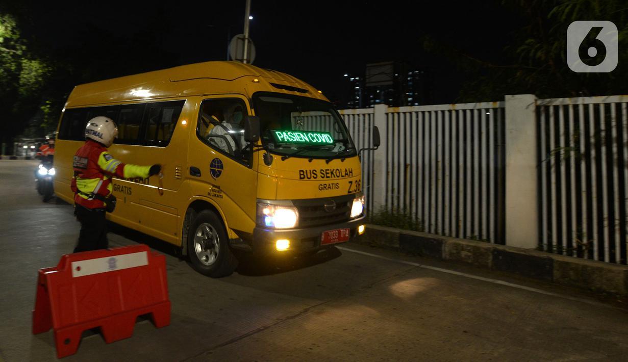 Bus sekolah yang membawa pasien COVID-19 berjalan di luar RS Darurat Wisma Atlet, Jakarta, Selasa (22/6/2021). Bertepatan dengan HUT ke-494 DKI Jakarta, ada peningkatan kasus COVID-19 yang sudah memasuki fase kritis. (merdeka.com/Imam Buhori)