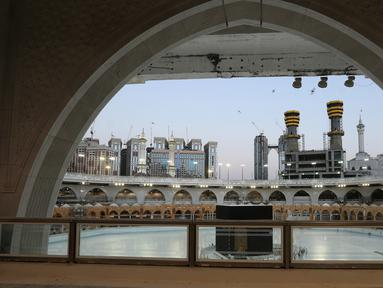 Suasana Kakbah di Masjidil Haram, Makkah, Arab Saudi (23/6/2020). Pemerintah Arab Saudi mengumumkan, akan mengadakan ibadah haji 'sangat terbatas' sebagai antisipasi penyebaran virus corona Covid-19. (AFP Photo/STR)