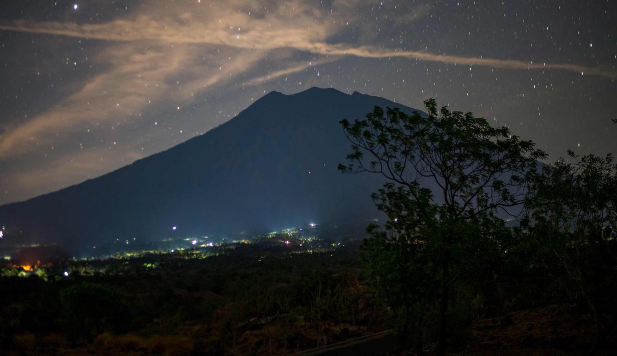 Photo Indahnya Pemandangan Malam Penuh Bintang Di Gunung Agung
