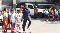 Eks bek sayap Persib, Gilang Angga Kusuma, saat coaching clinic U-8 dan U-12 di Sekolah Dasar Negeri Banjarsari, Kota Bandung, Jumat (13/9/2019). (Bola.com/Erwin Snaz)