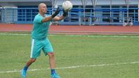 Pelatih kiper Persib Bandung Luizinho Passos senang melatih Maung Bandung. (Liputan6.com/Huyogo Simbolon)