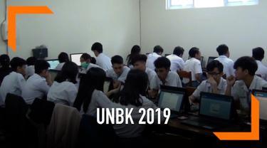 Seorang siswa di Sidoarjo, Jawa Timur tetap mengikuti UNBK 2019 walaupun dengan kondisi tangan diinfus.