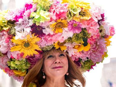 Peserta mengambil bagian dalam Parade Paskah tahunan dan Festival Bonnet di New York, Amerika Serikat, Minggu (21/4). Orang-orang turun ke jalan dengan mengenakan kostum unik berpadu topi elegan yang pantas untuk menghadiri misa di Katedral St. Patrick dan gereja-gereja di dekatnya. (AP/Jeenah Moon)