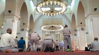 Jemaah asal Turki salat di dalam masjid. (Liputan6.com/Wawan Isab Rubiyanto)