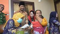 Pemberian vaksin atau imunisasi MR terhadap anak yang digelar di Surabaya, Jawa Timur. (Liputan6.com/Dian Kurniawan)