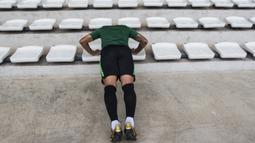 Pemain Timnas Indonesia, Beto Goncalves, push up saat latihan di Stadion Madya, Jakarta, Minggu (11/11). Latihan ini persiapan jelang laga Piala AFF 2018 melawan Timor Leste. (Bola.com/Vitalis Yogi Trisna)
