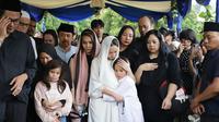 BCl dan Noah Sinclair pemakaman Ashraf Sinclair di San Diego Hils, Karawang, Selasa (18/2). (Bambang E Ros/Fimela.com)