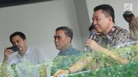 Sekjen PP PBSI, Achmad Budiharto (kanan) memberi keterangan terkait Kejurnas PBSI 2017 Gubernur Kepulauan Bangka Belitung di Jakarta, Jumat (24/11). Kejurnas digelar di Pangkalpinang pada 28 November-2 Desember. (Liputan6.com/Helmi Fithriansyah)