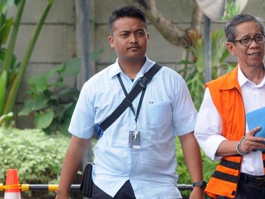 Kepala KPP Pratama Ambon La Masikamba (kanan) tiba di Gedung KPK, Jakarta, Selasa (15/1). La Masikamba menjalani pemeriksaan lanjutan terkait dugaan menerima suap upaya pengurangan pajak yang harus dibayar. (Merdeka.com/Dwi Narwoko)