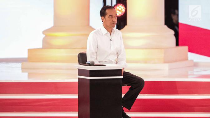 Capres nomor urut 01 Joko Widodo atau Jokowi dalam debat kedua Pilpres 2019 di Hotel Sultan, Jakarta, Minggu (17/2). KPU memenuhi permintaan publik dengan tidak membocorkan pertanyaan sebelum debat. (Liputan6.com/Faizal Fanani)