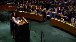 Aktris yang juga Utusan Khusus UNHCRAngelina Jolie berpidato pada  pertemuan tingkat Menteri Pemeliharaan Perdamaian PBB di Gedung PBB, New York, (29/3). Angelina Jolie mengatakan bahwa di belahan bumi ini semua laki-laki dan perempuan dilahirkan bebas dan setara. (Johannes Eisele / AFP)
